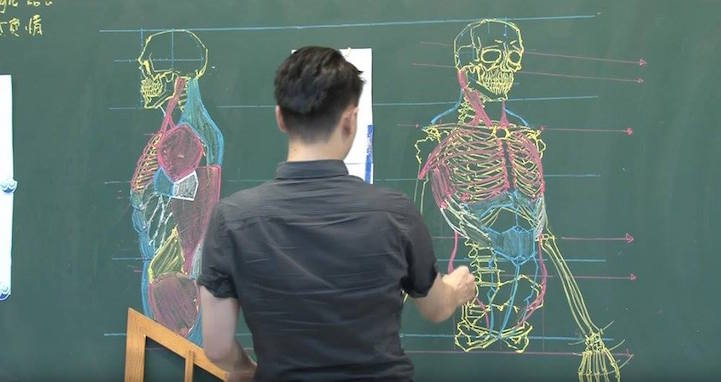 Photo of Teacher Uses Extraordinary Chalkboard Drawing Skills To Teach Students Anatomy
