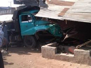 Photo of Driver disappears as truck crushes 4 to death, injures many in Ibadan