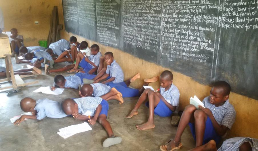 Photo of Akwa Ibom Primary School Pupils Sit On The Floor To Write Exams