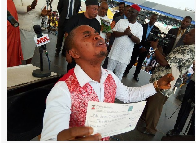Photo of IMSU Best Student Breaks Down In Tears As Governor Okorocha Gives Him N13.7M