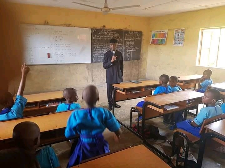 Photo of Osinbajo In Ondo School: Teaches And Eats With Primary Pupils