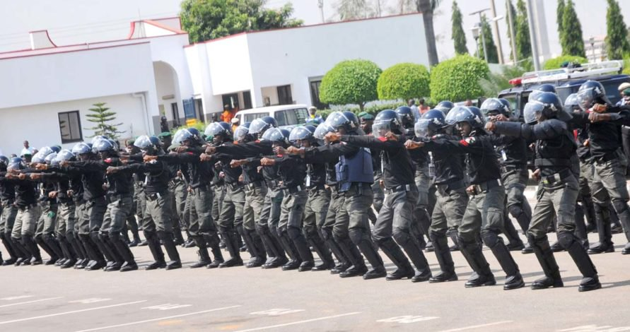 Photo of Panic Transfer As 120 Angry SARS Operatives Prepare To Leave Lagos Command