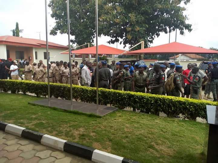 Photo of Ekiti Election [PHOTOS]: Fayose, Olusola's Security Details Set To Leave Govt House As Police Withdrawn