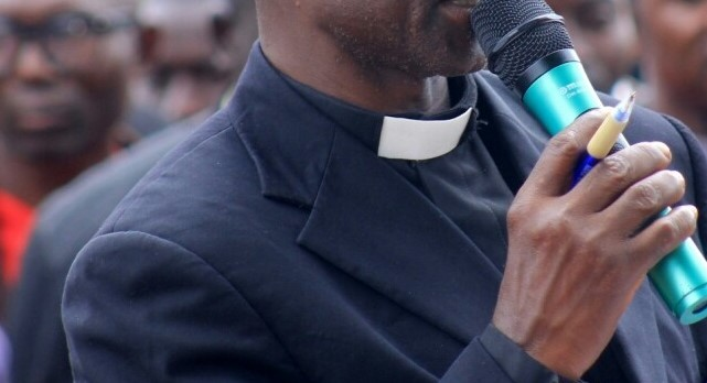 Photo of Anglican Reverend Slumps, Dies On Pulpit During Wedding Ceremony