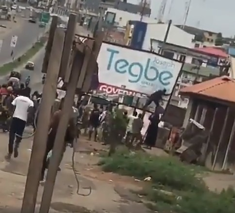 Photo of Ayefele Fresh FM Building: Protesters Pull Down APC Billboard, Chant 'Ajimobi Ole! [VIDEO]