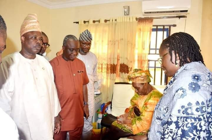 Photo of PHOTOS: Amosun Visits 67-Year-Old Woman Who Gave Birth To Baby