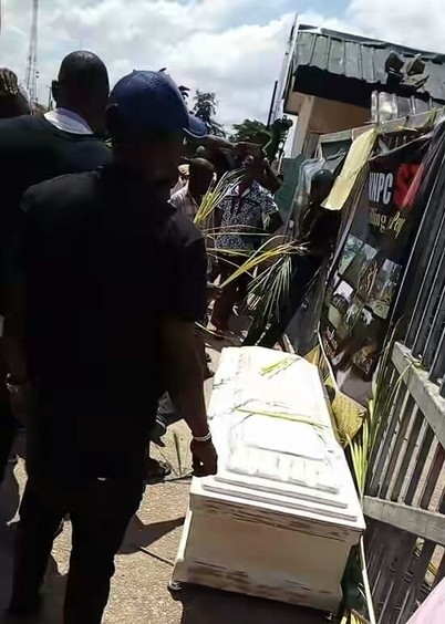 Photo of Youths Storm NNPC Office With Corpse In Abia