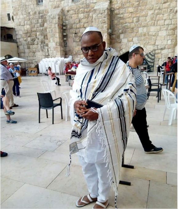 Photo of VIDEO: Nnamdi Kanu Mobbed On The Streets Of Jerusalem After His Broadcast