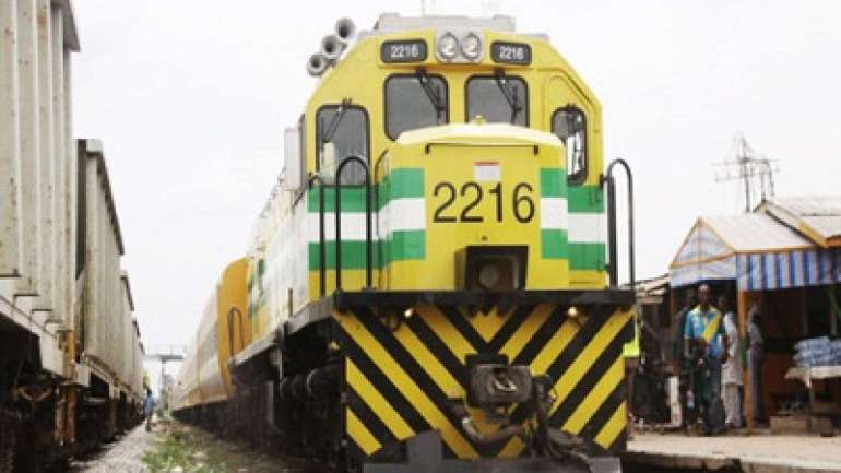 Photo of Ogun Residents Freely Fetched Beef As Train Crushes 10 Cows