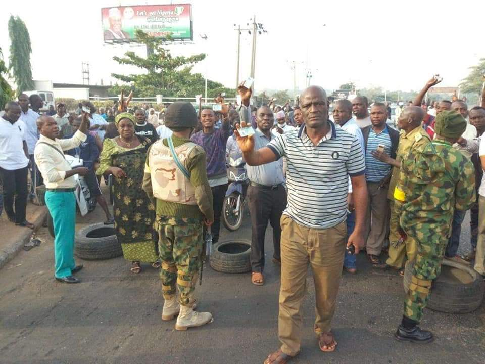 Photo of Nigeria Decides: Residents Protest In Kaduna Over Soldiers Stop Accessing Their Polling Units