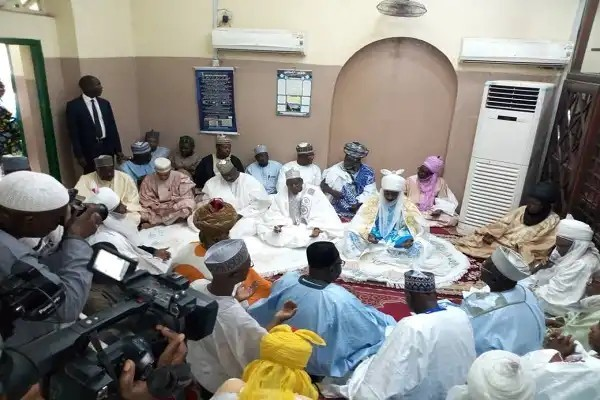 Photo of Ganduje Conducts Mass Wedding For 1,500 Couples
