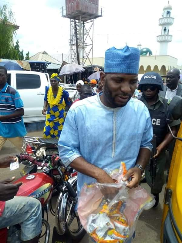 Photo of Kogi Guber: Audu's Son Sharing Cheese Balls To People Of The State [PHOTOS]