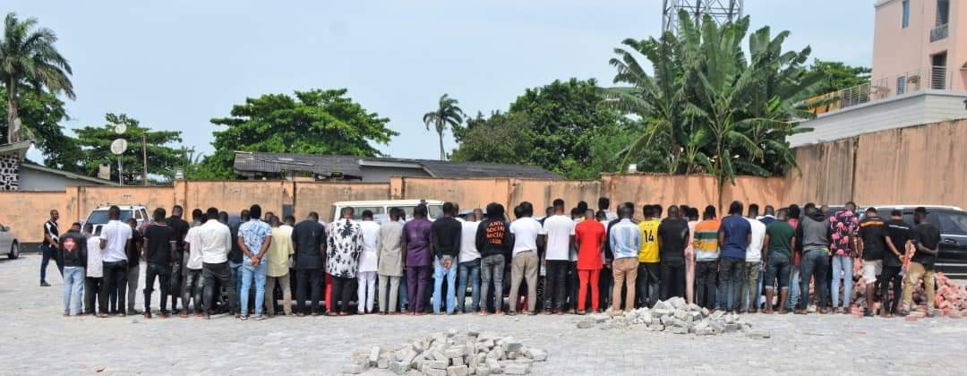 Photo of PHOTOS: EFCC Storms Club In Osogbo, Arrests 94 Yahoo Boys