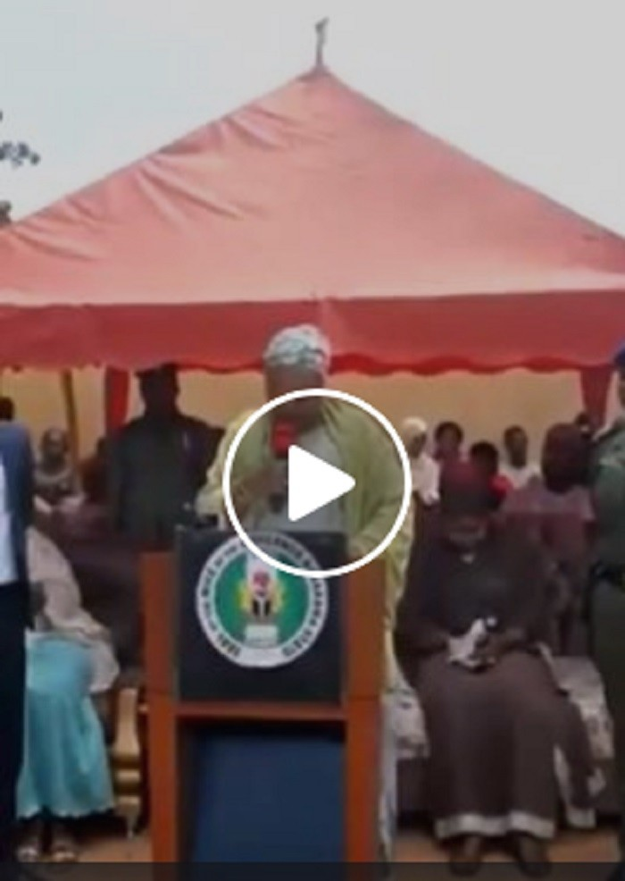 Photo of Video: Governor's wife struggles to read prepared speech at an event