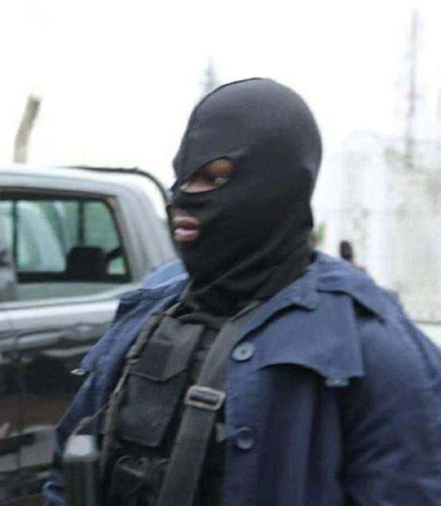 Photo of BREAKING: Kogi Election: Tension as masked security men attack Gov Makinde in Lokoja