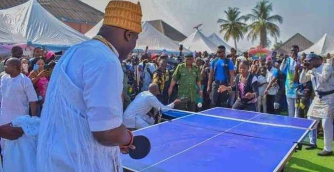 ooni plays table tennis with children