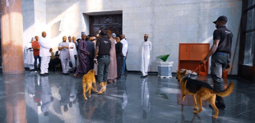 Photo of Guber Tussle Updates: Police Deploy Dogs To Control Crowd At Supreme Court