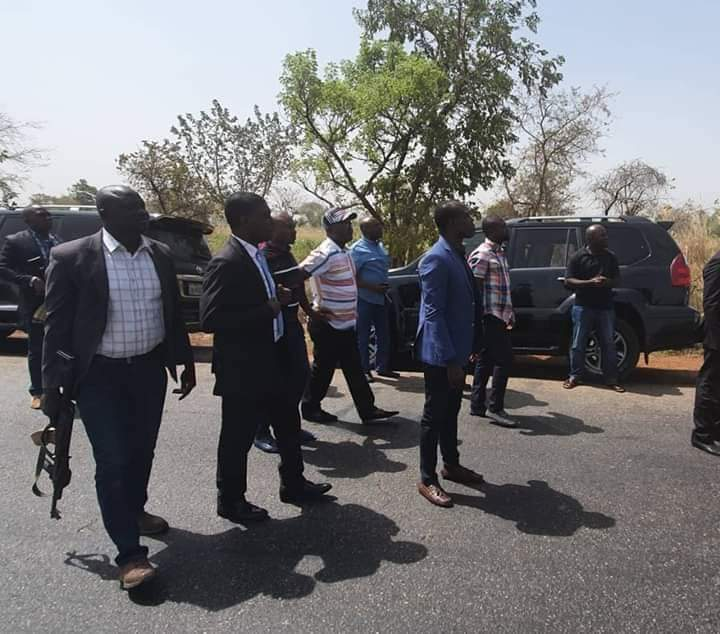 Photo of Governor Stops His Convoy, Arrest Fulani Cows
