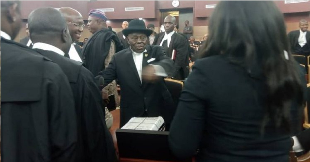 Photo of Two strong Nigerian Lawyers, Wole Olanipekun, Afe Babalola arrive Supreme Court for Bayelsa judgement review