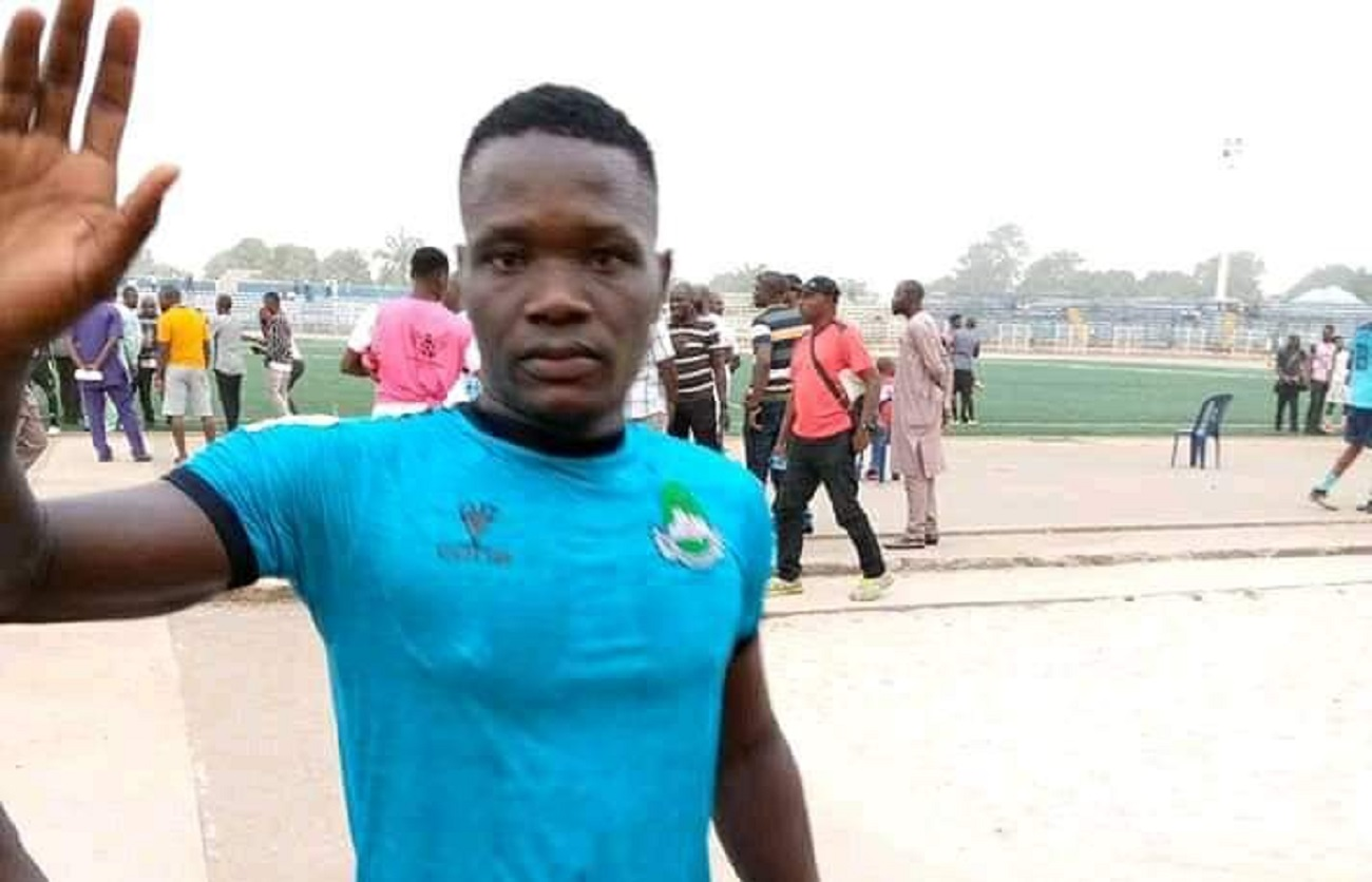 Photo of BREAKING: Tragedy as Nigerian footballer slumps, dies during league match