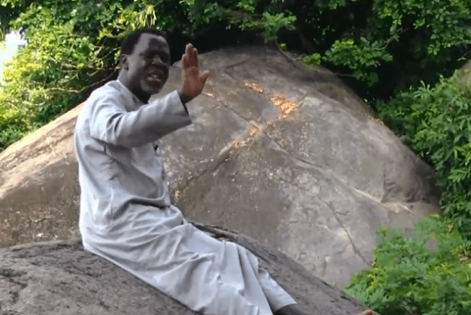 Photo of VIDEO: TB Joshua Praying On the Mountain for Coronavirus to End