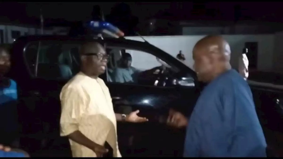 Photo of VIDEO: Tension in Ondo as Gov Akeredolu stops his deputy from leaving Govt House, seized his car