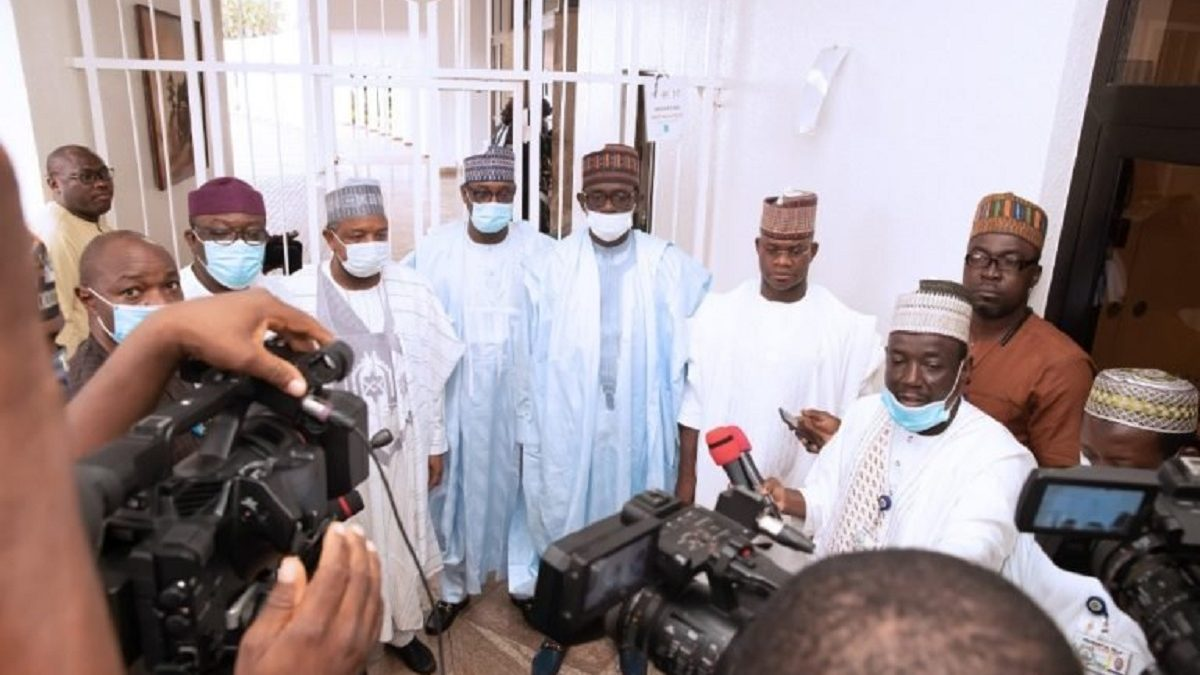 Photo of Gov Yahaya Bello refuses to wear face mask after meeting with Buhari