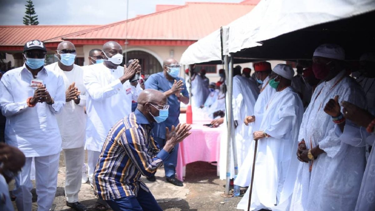 Photo of [VIDEO] Edo Poll: Oshiomhole Kneels Down To Beg Benin Council Of Chiefs