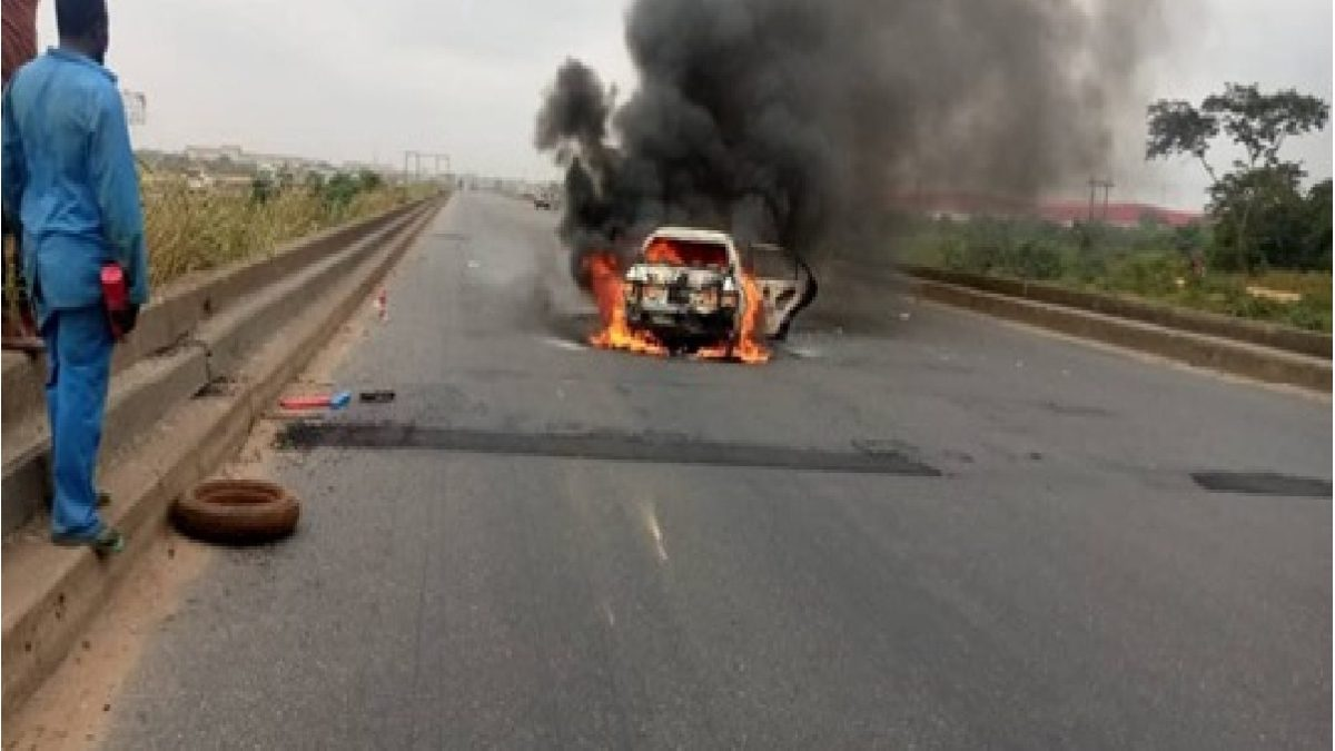 Photo of Tragedy as fire guts Lere Olayinka wife's car in Lagos-Ibadan Expressway