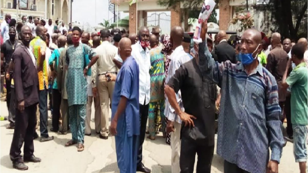 Photo of Gov Uzodinma's thugs flog protesting Imo pensioners, leader flees